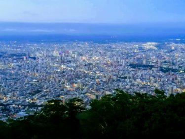 札幌・藻岩山で夜景を見たら、夏だけど寒かった。